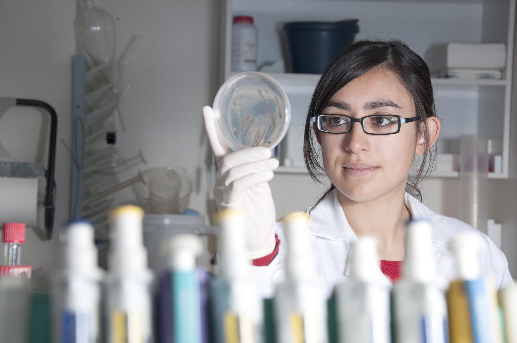Mujer cientfico mirando muestra
